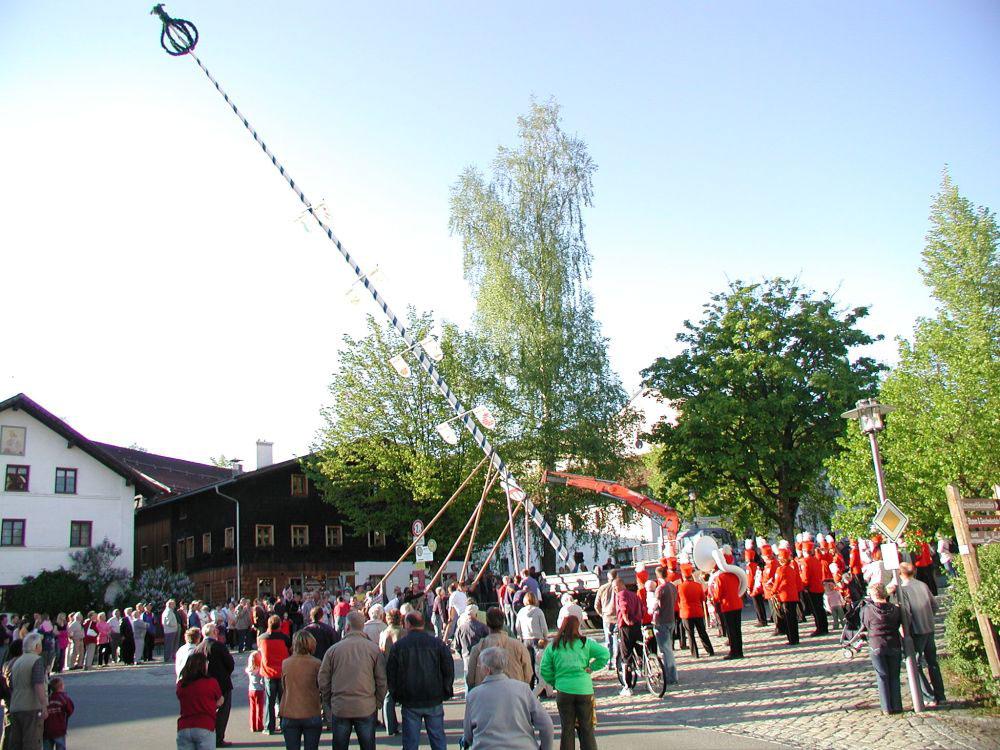 Arnbruck-Maibaumaufstellen-am-Dorfplatz-Foto-Hans-Weiss.jpg